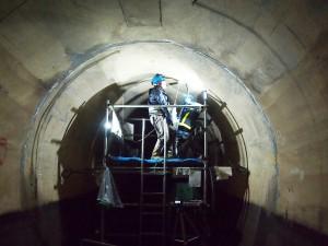 坑内での注入孔 削孔作業