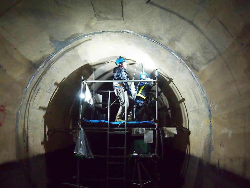 坑内での注入孔 削孔作業 【※注入孔はφ16mmと非常に小さい】