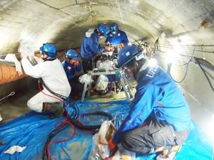 坑内での「材料の流量管理」「注入圧管理」を常時行いながらのウレタン注入作業